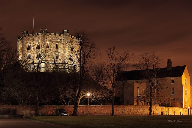Durham castle during night, shining above the town ©Alan/flickr