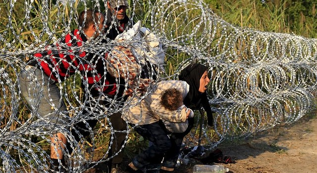Migrants harshly crossing through the Serbian Hungarian border fences @masudkarim